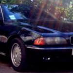Темный германский BMW с автоматической коробкой передач для обучения вождению